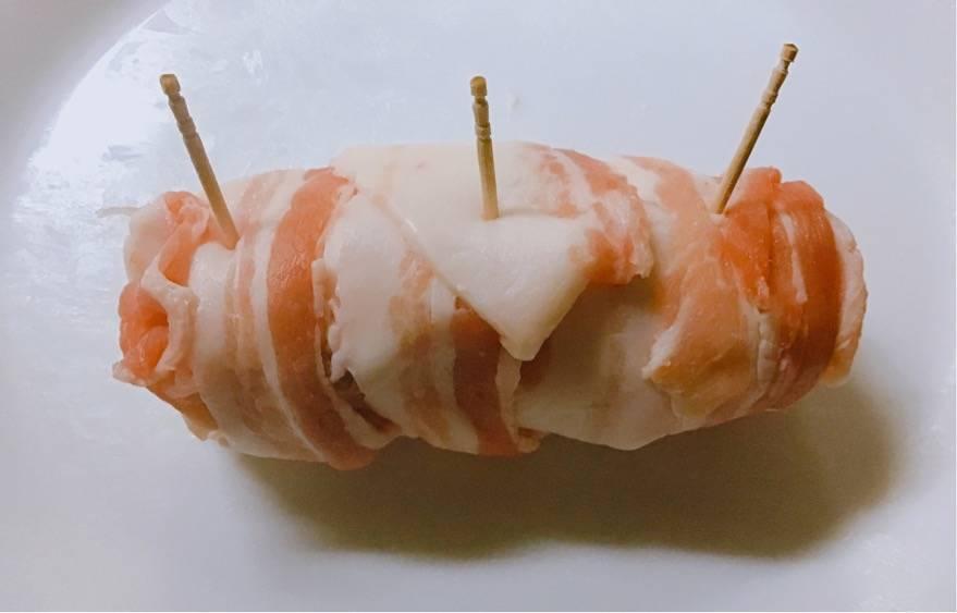 薄切りの豚バラ肉をぐるぐる巻いて、つまようじを刺したところの写真