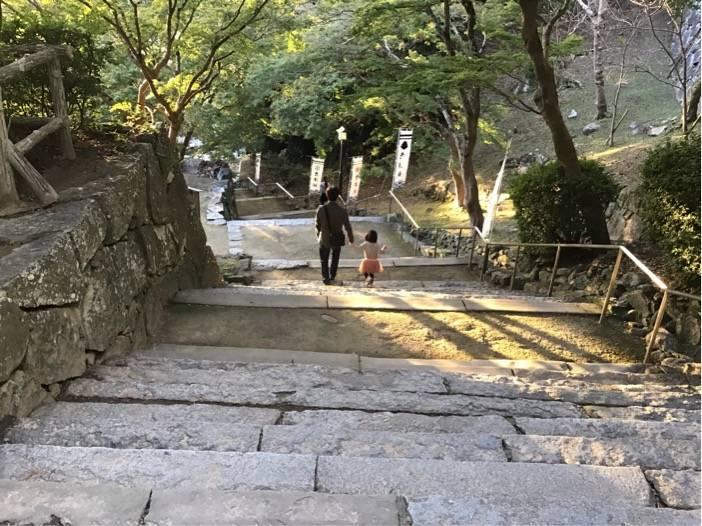 佐賀県唐津城の石段を降りる夫と次女の写真