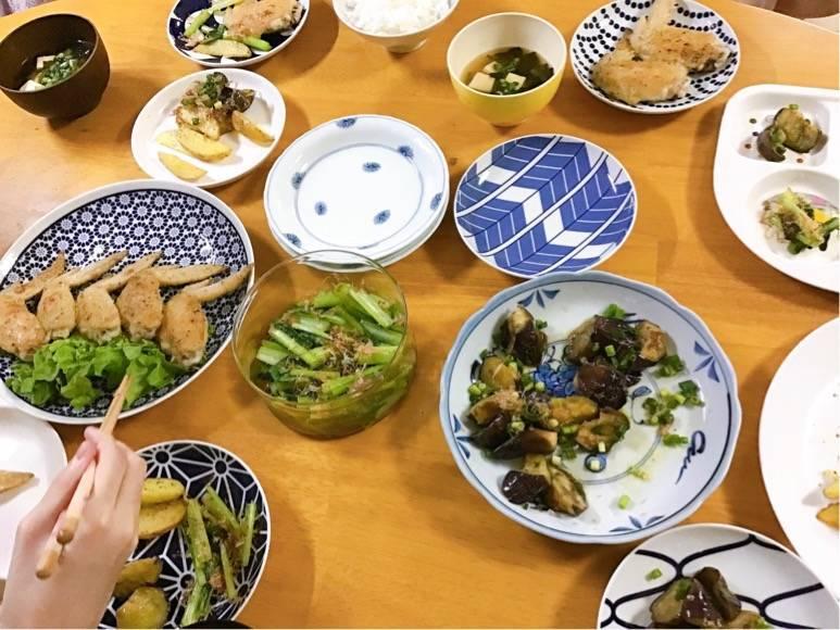 有田焼の食器に料理を取り分けている写真