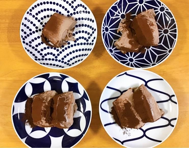 有田焼のお皿にチョコムースをのせた写真