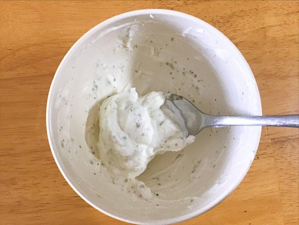 クリームチーズとはちみつとハーブソルトを混ぜたもの