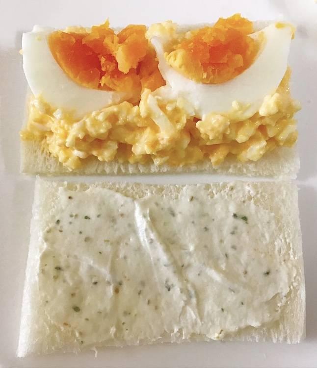 ゆで卵をのせたところ