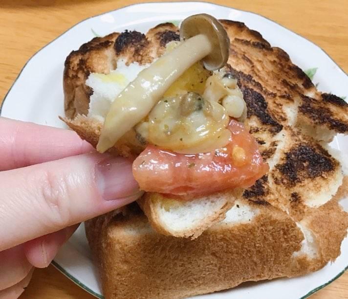 あさりとトマトのアヒージョをパンにのせて