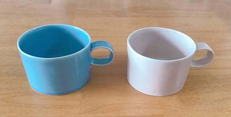 購入した淡いブルーとピンクのマグカップ