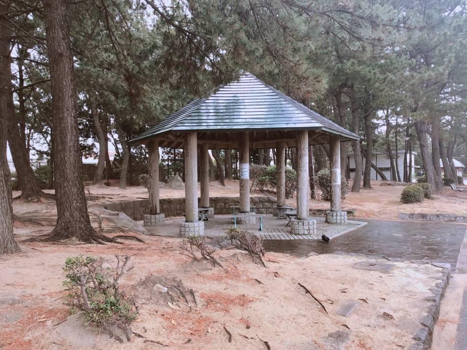 雨宿りもできる屋根付きの休憩場所