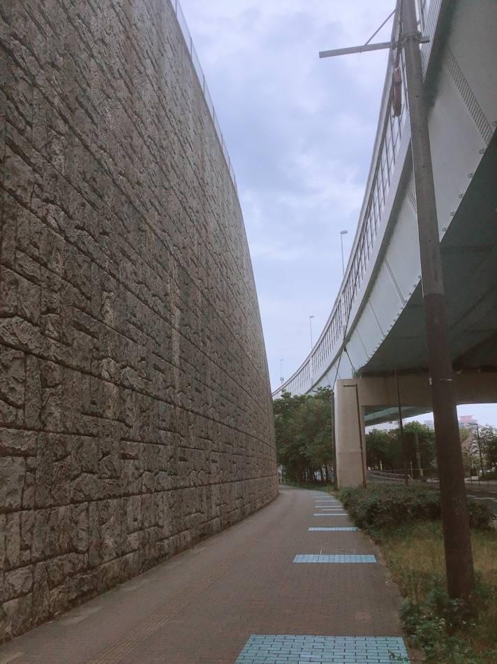 都市高の下の道 愛宕の壁