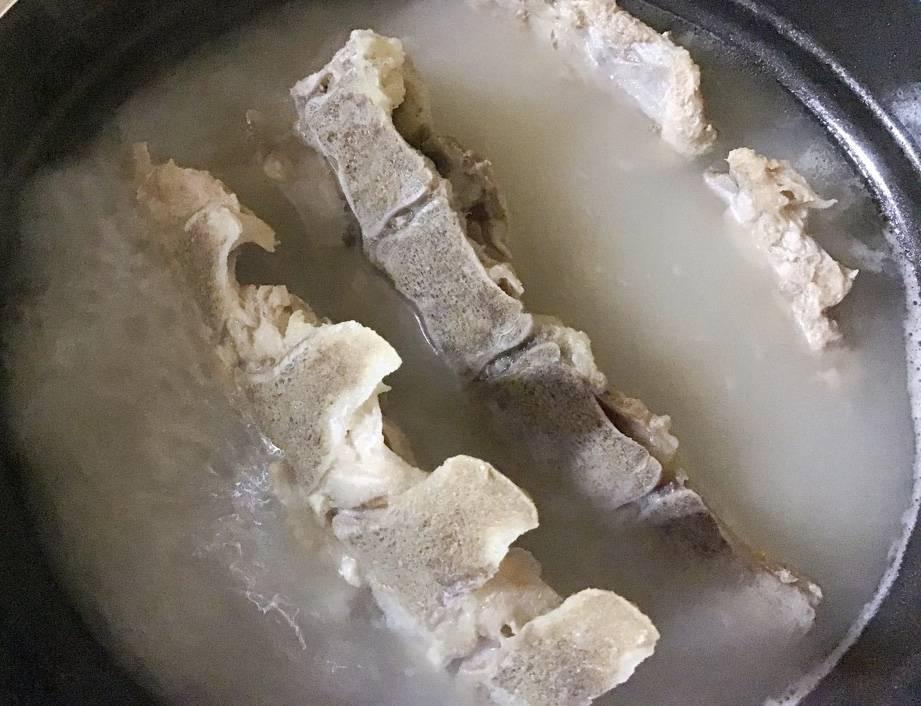 1時間ほど煮た背ガラ