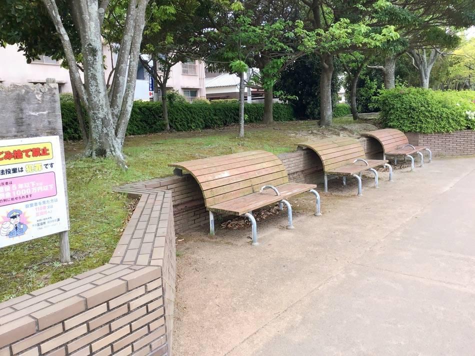 室見川沿いの遊歩道にあるベンチ