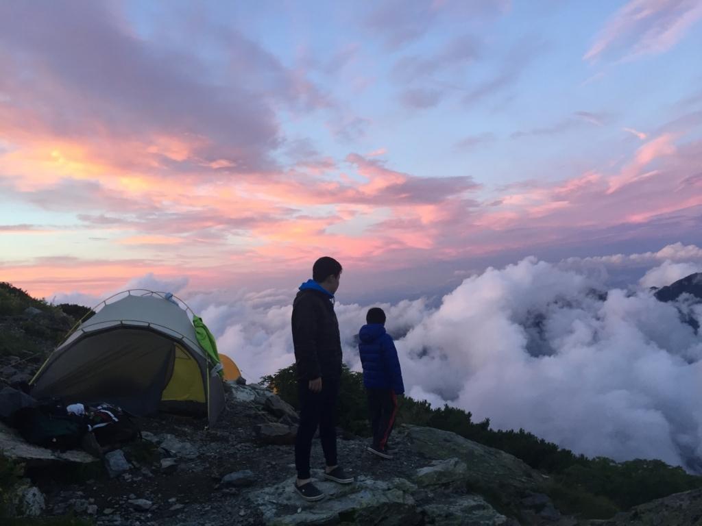 北岳の肩の小屋のテント場にて親子で雲海の夕焼けをみる