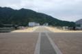 [ダム]堤体上の歩道。左がダム湖。