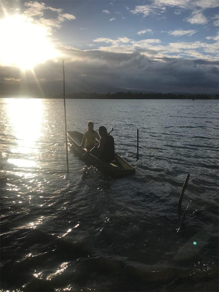 川で小舟に乗っている様子