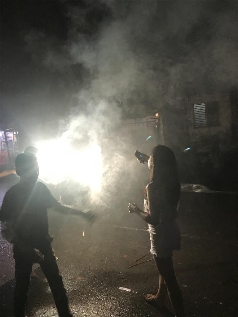 道の真ん中で花火を打ち上げている様子