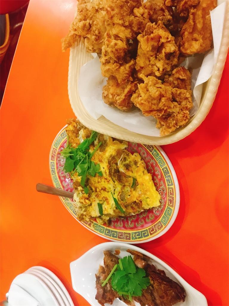 中華料理店のフライドチキン、牡蠣のオムレツ、肉料理