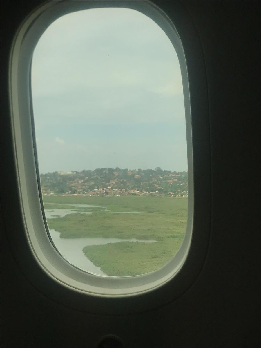 エンテべ空港着陸。飛行機から見たウガンダ