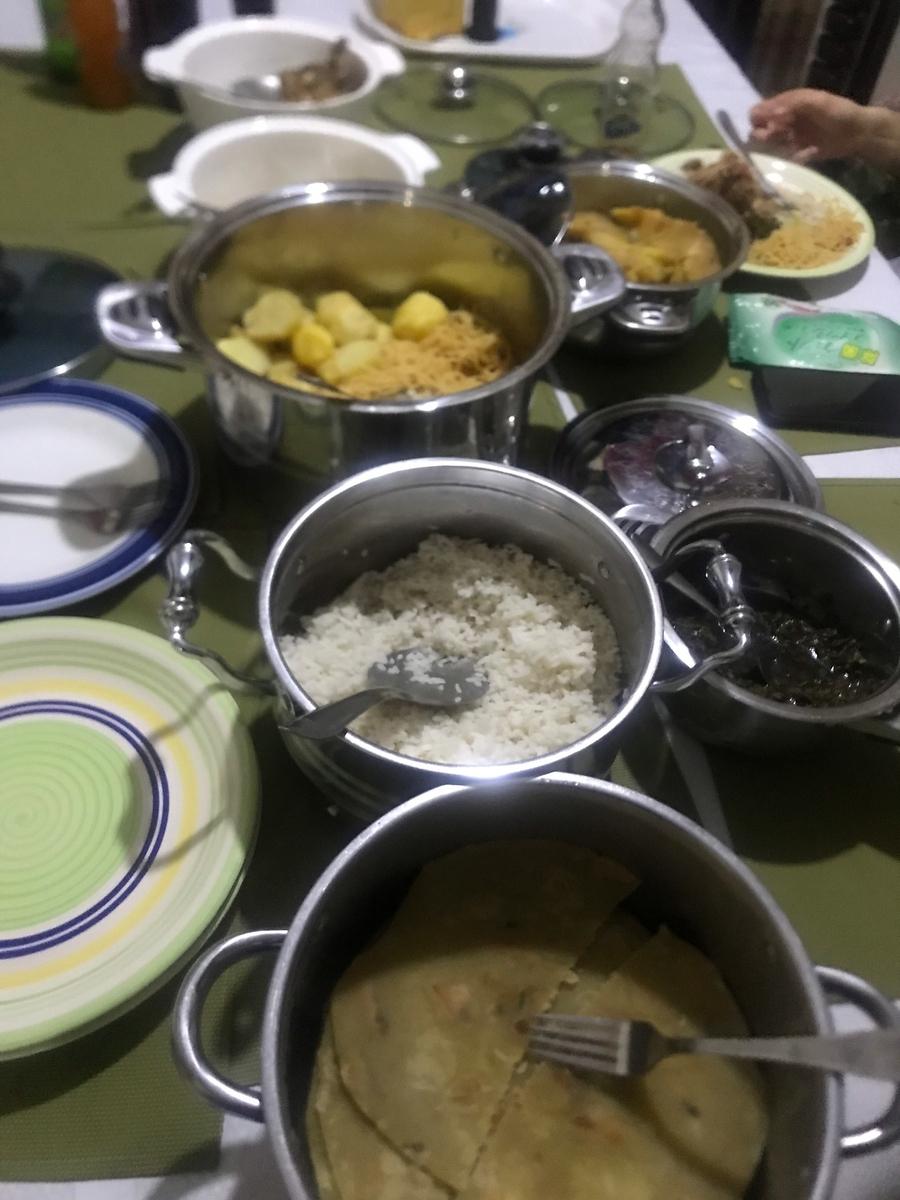 サイラスのお姉さんのお宅でのディナー。手前からチャパティ、コメ、調理された野菜、ジャガイモとパスタ、マトケです。