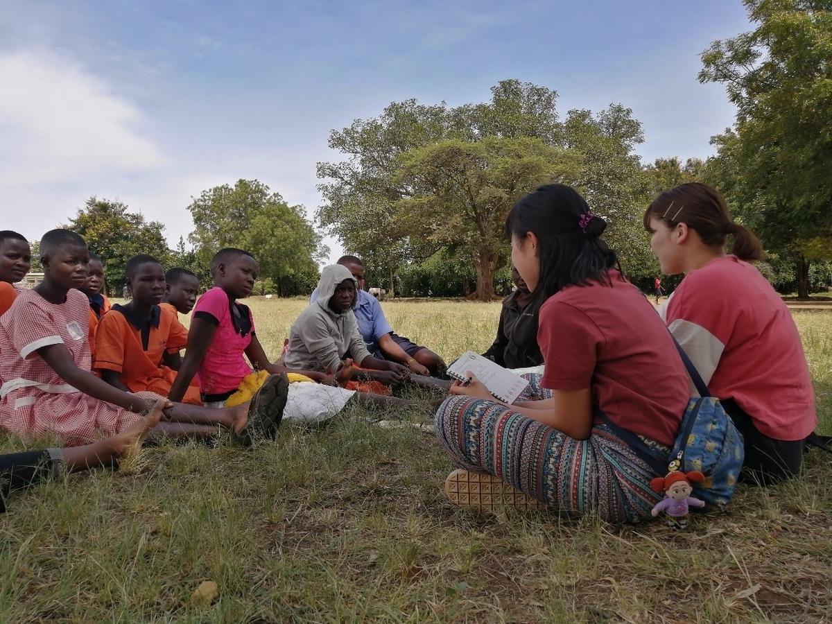 カラモジャの小学校で女の子たちにインタビューをしている様子