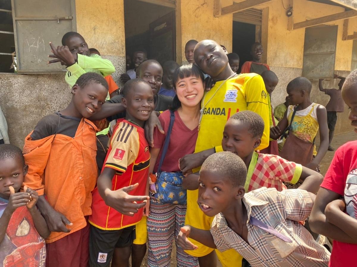 ウガンダ、カラモジャの小学校の子供たちと私