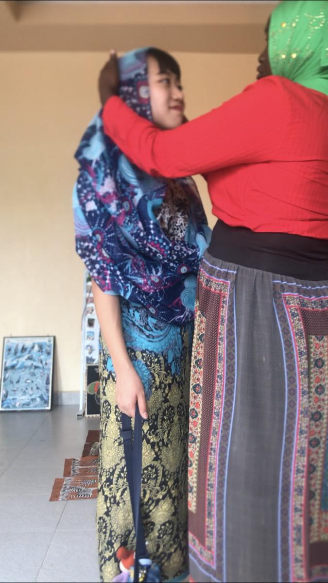 カダフィーモスクで、ヒジャブを巻いてもらっている様子