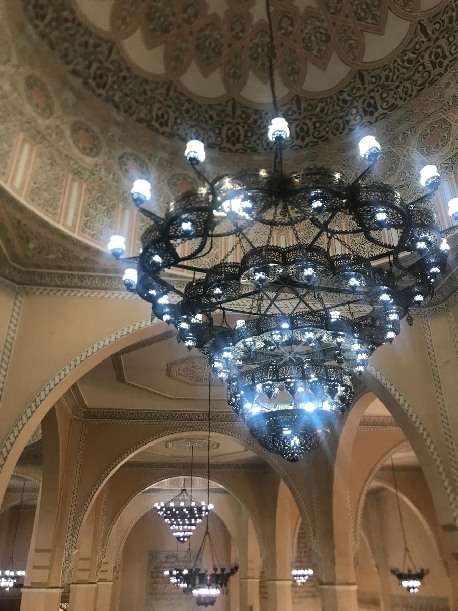 カダフィーモスクの天井とシャンデリア