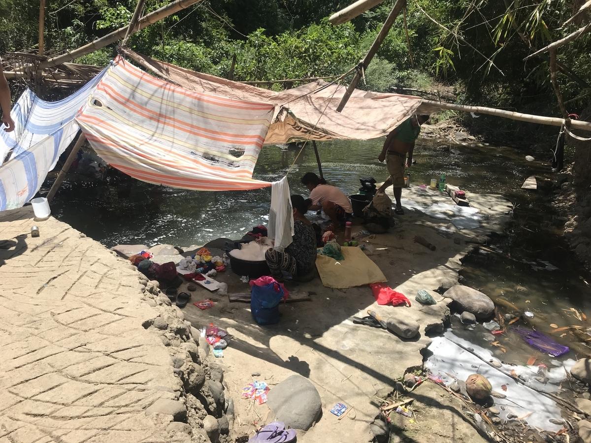 フィールドワークで訪れた農村部(川で洗濯している様子)