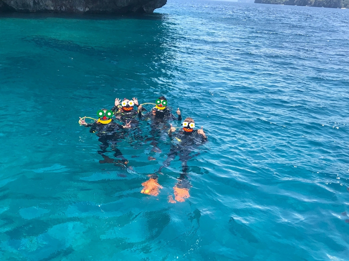 エルニドの海でスキューバダイビングしている様子