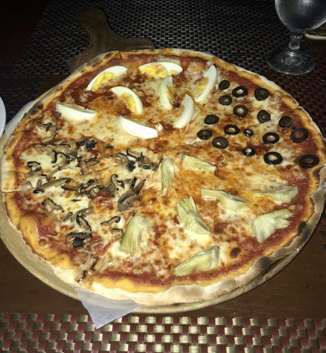 ラス・カサス・フィリピーナス・デ・アクザルのイタリアンレストランのピザ