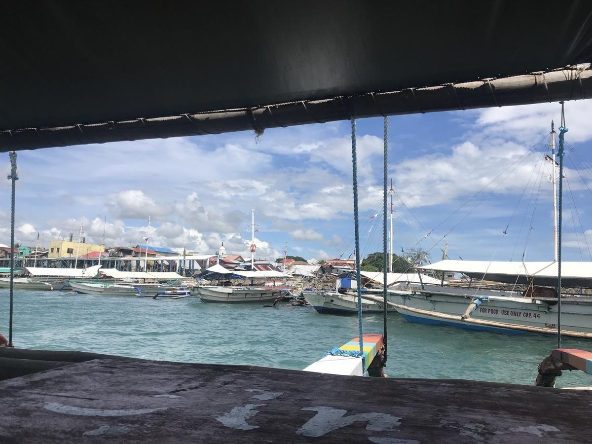 ギマラス島へ向かう船