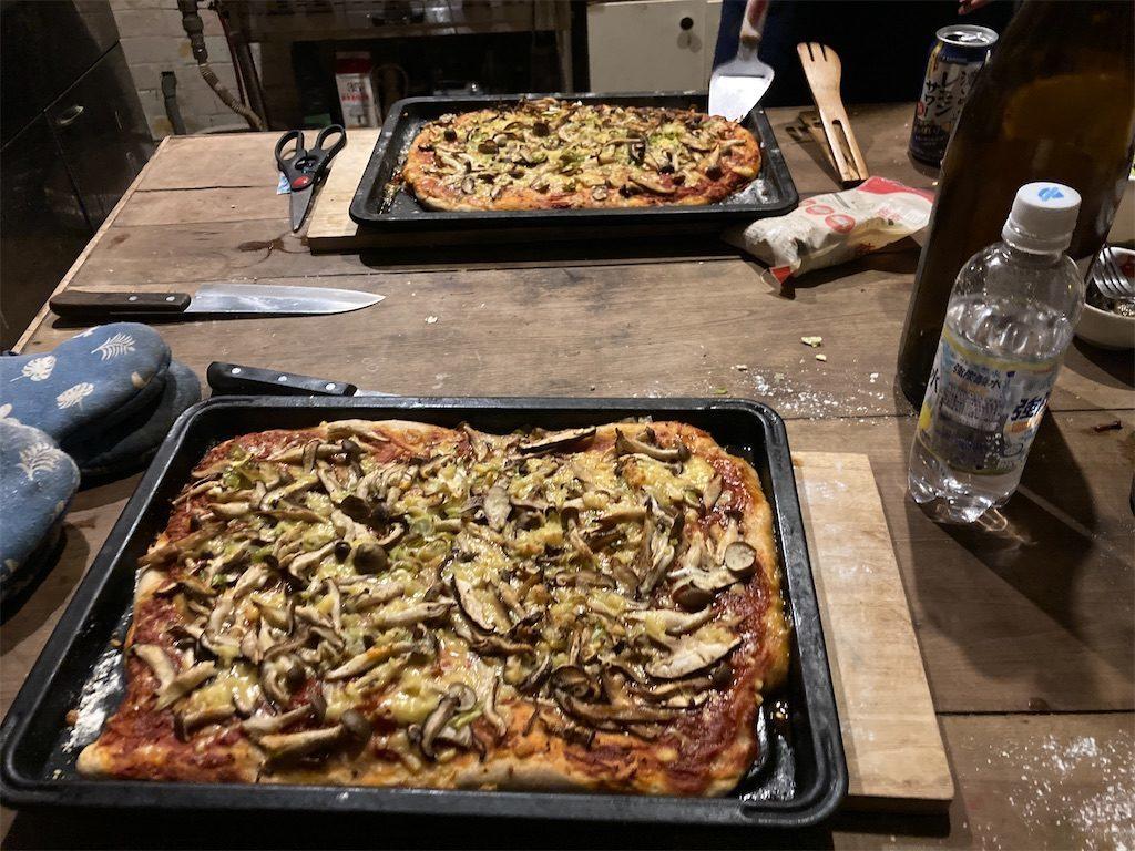 焼きあがったピザ!野菜とキノコの旨味たっぷりで最高に美味しい