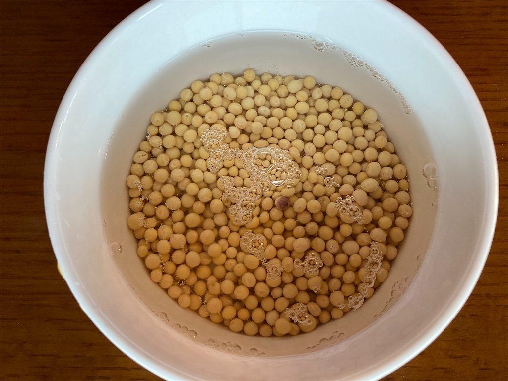 大豆を浸水している様子