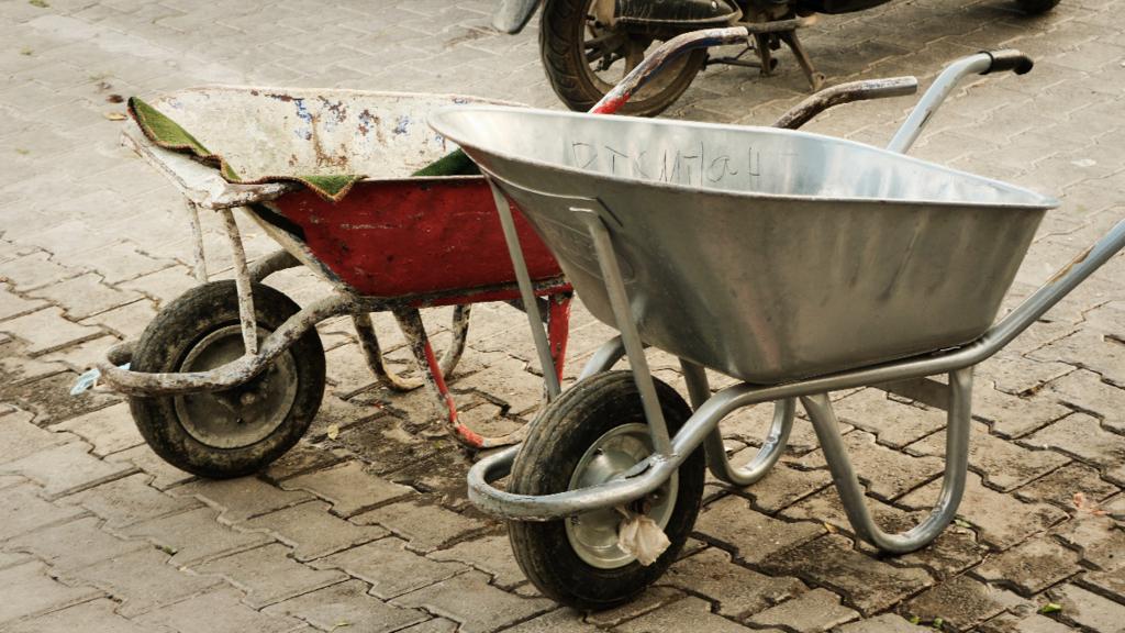 子供達が野菜を運ぶ荷車