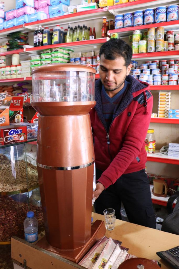 コーヒーを挽く店員
