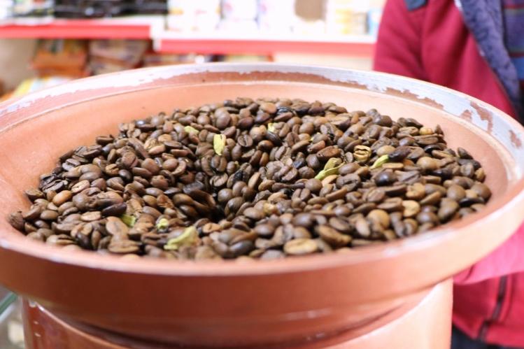 コーヒー豆と一緒に挽かれるカルダモン