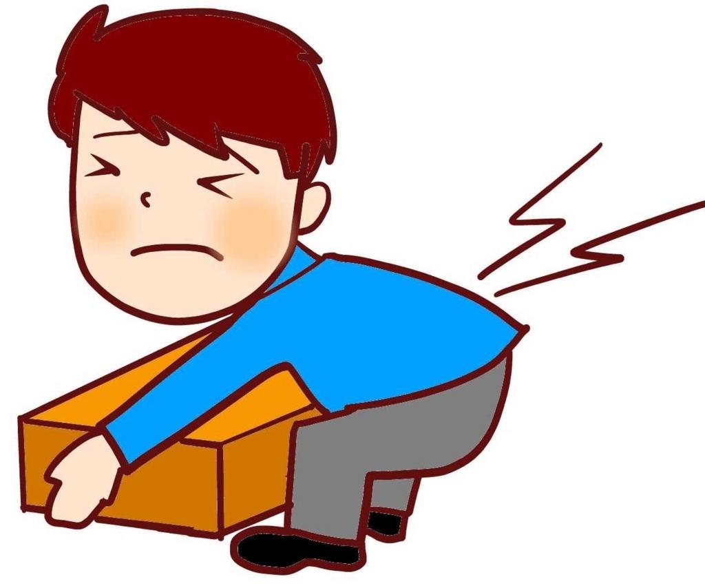 宅急便の重いダンボールを持って腰を痛める男性