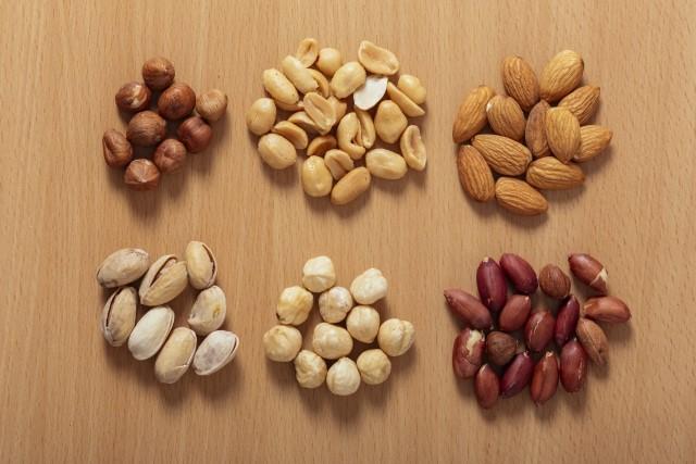 5種類のナッツを並べている