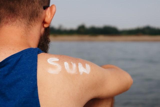 日焼け止めを塗った敏感肌男性