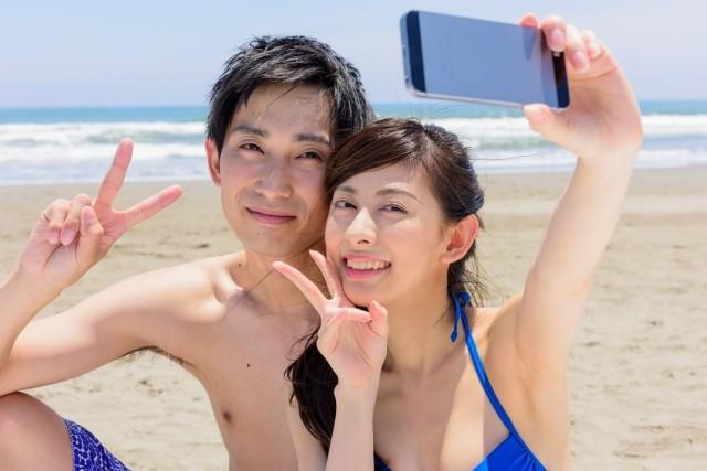 敏感肌男性と彼女がビーチで自撮り