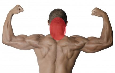 首の裏からミドル脂臭が発生している男性