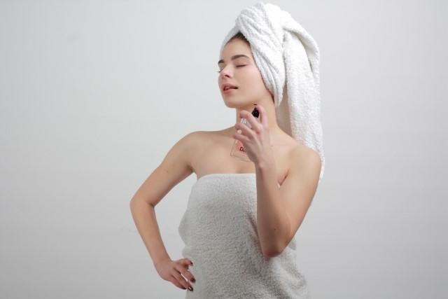 風呂上がりに保湿ケアをする女性
