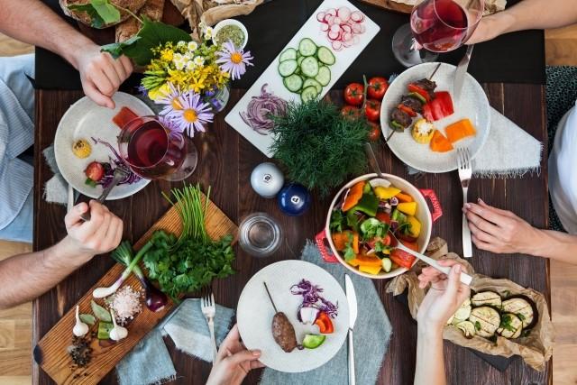 色々な料理が並べられた食事風景