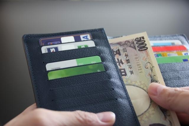 5千円札を財布から出す手