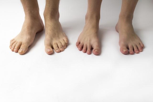 裸足の男女