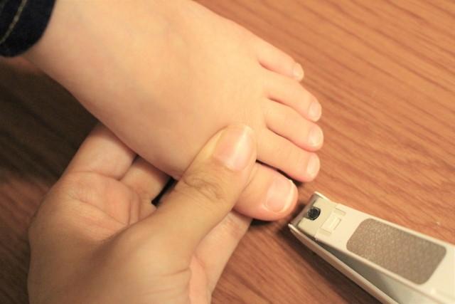 足の爪を切ってい様子