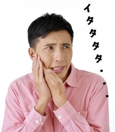口内炎を痛がる男性