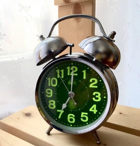 朝7時を指す、目覚まし時計