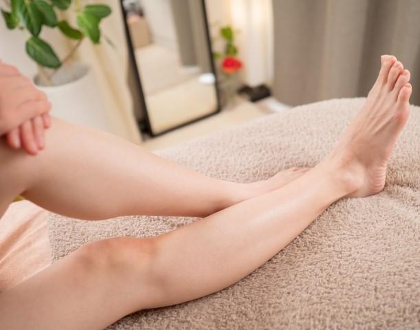 肌がスベスベな女性の脚
