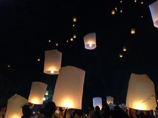 タイのお祭り、コムローイ上げ