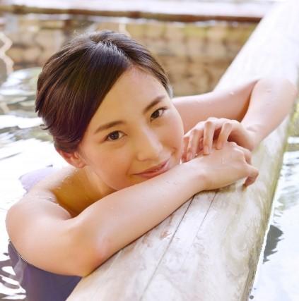 美人の湯に浸かる美しい女性
