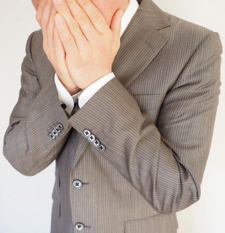 口臭の原因は病気かも?と心配する男性