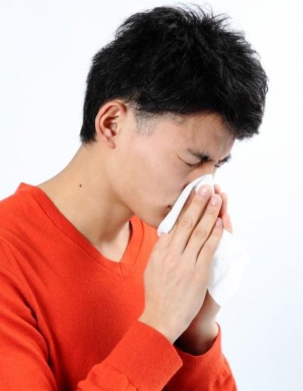 蓄膿症が原因で鼻をかむ男性