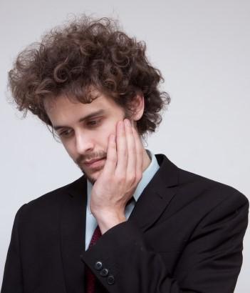 虫歯を気にする男性